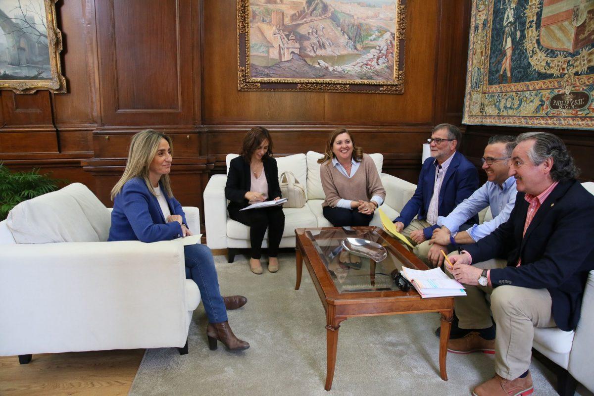 http://www.toledo.es/wp-content/uploads/2017/05/01_reunion_maestros_espaderos-1200x800.jpg. La alcaldesa se reúne con la Asociación de Espaderos de Toledo