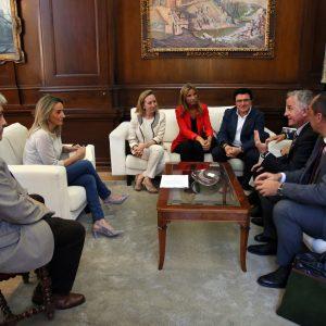 La alcaldesa se reúne con el Instituto de Empresa Familiar que celebrará su congreso nacional en Toledo en el mes de octubre
