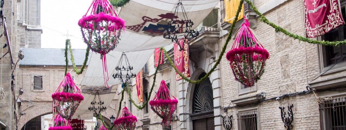 Ornamentación de calles, plazas, rinconadas, fachadas, balcones…