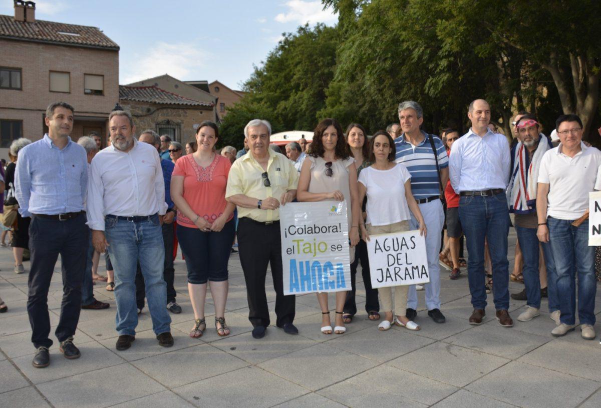 Miembros de la Corporación municipal participan en la manifestación en defensa del Tajo que ha reunido a cientos de personas en torno al río