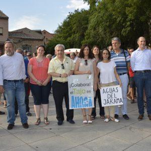 iembros de la Corporación municipal participan en la manifestación en defensa del Tajo que ha reunido a cientos de personas en torno al río
