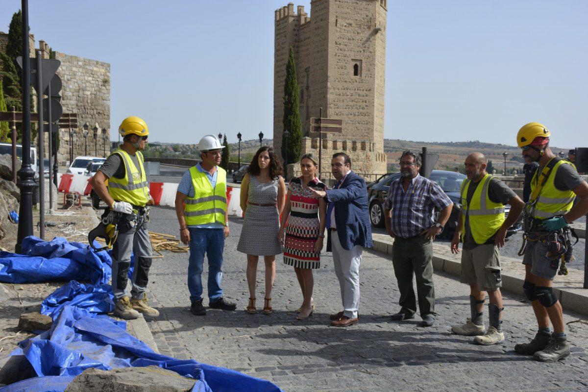 https://www.toledo.es/wp-content/uploads/2017/07/02_visita_obras_doce_cantos-1200x800.jpg. La alcaldesa supervisa las obras de estabilización del talud de Doce Cantos en el que se colocarán dos mallas para su sujeción