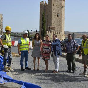 La alcaldesa supervisa las obras de estabilización del talud de Doce Cantos en el que se colocarán dos mallas para su sujeción