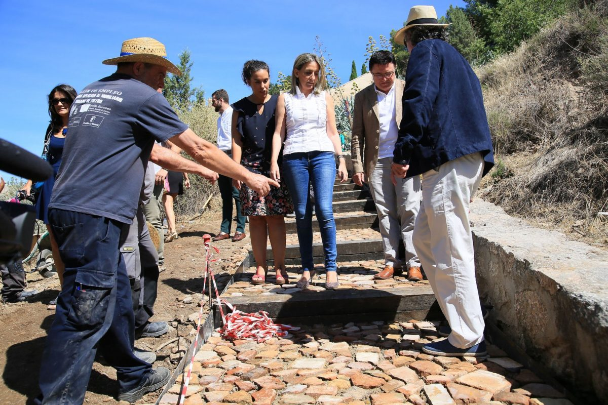 https://www.toledo.es/wp-content/uploads/2017/07/05_visita_obra_molino_santa_ana-1200x800.jpg. La alcaldesa visita las obras que realiza el Ayuntamiento para mejorar el acceso a los molinos de Santa Ana desde San Martín