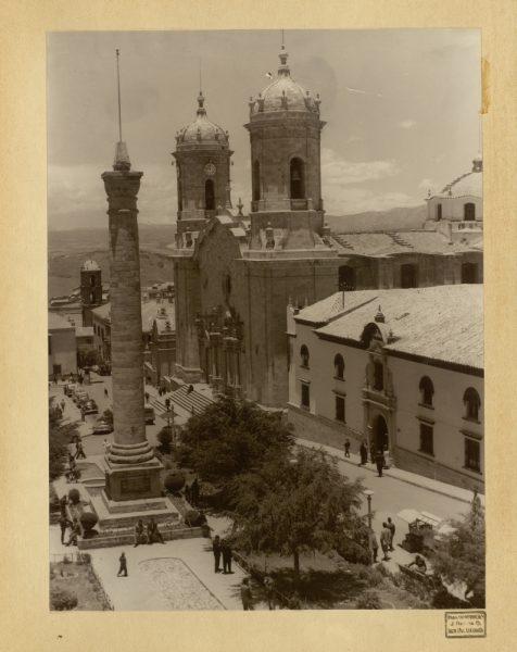 07 - Monumento en la plaza del 6 de agosto