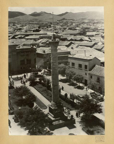 08 - Monumento en la plaza del 6 de agosto