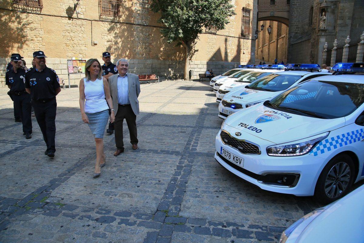 https://www.toledo.es/wp-content/uploads/2017/07/09_nuevos_coches_policia_muncipal-1200x800.jpg. La alcaldesa presenta los siete nuevos vehículos patrulla que el Ayuntamiento pone a disposición de la Policía Local