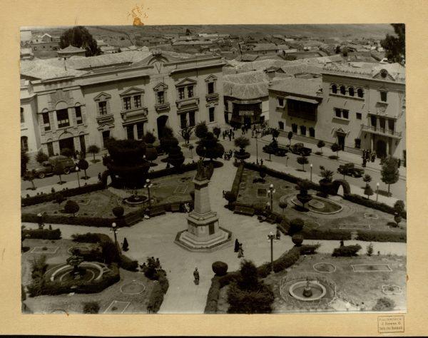13 - Vista de la plaza del 10 de noviembre. Alcaldía y Prefectura