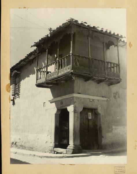 40 - Casa con balcón virreinal esquinero