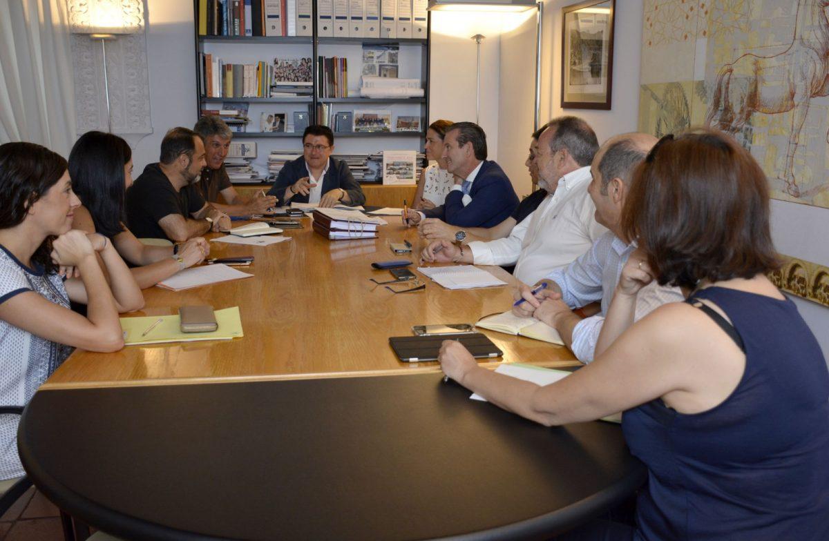 El equipo de Gobierno informa a los grupos de la tramitación de Declaración de Interés Regional del proyecto Puy du Fou