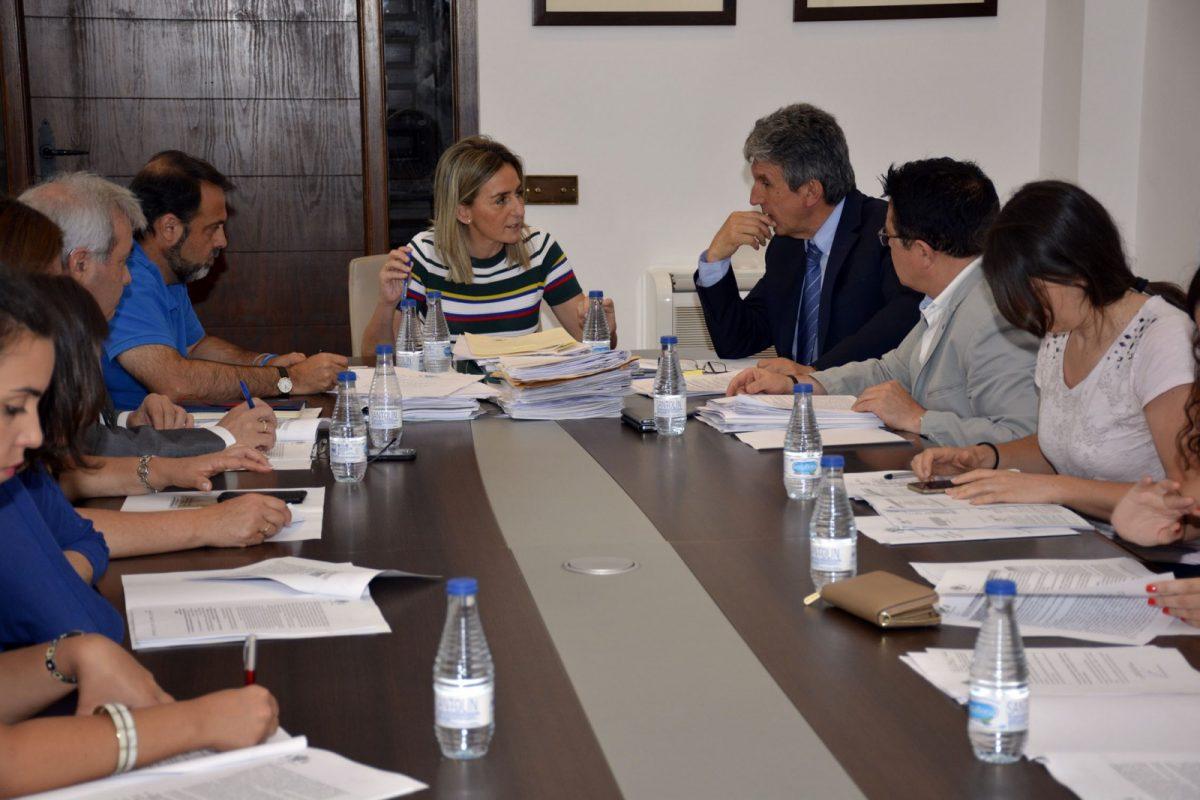 https://www.toledo.es/wp-content/uploads/2017/07/junta_gobierno00-1200x800.jpg. La alcaldesa preside la Junta de Gobierno Local que ha aprobado el pliego del nuevo servicio de la ORA