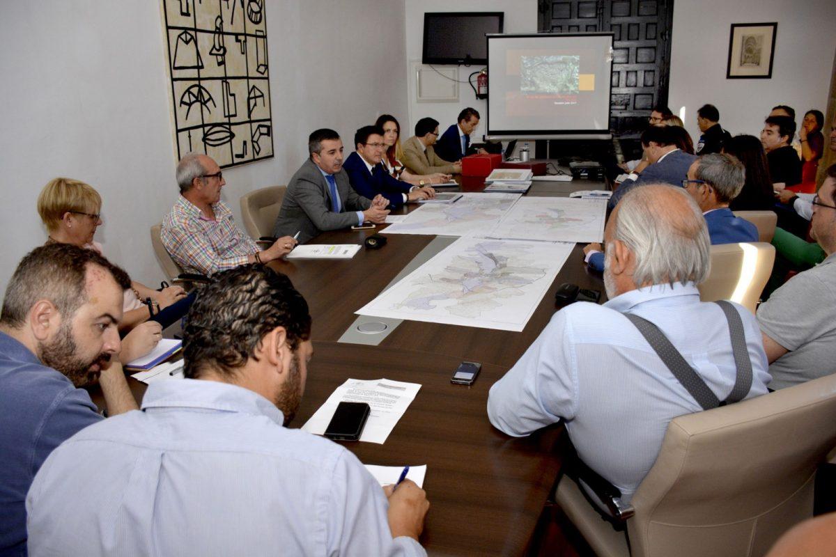 El Gobierno local informa a entidades y colectivos de las acciones para garantizar la viabilidad y la seguridad jurídica del urbanismo