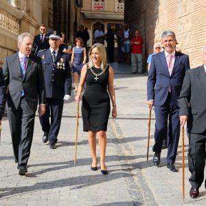 La alcaldesa cumple con la tradición de los botijos en la Catedral y alude al orgullo de ciudad en la fiesta de la patrona de Toledo