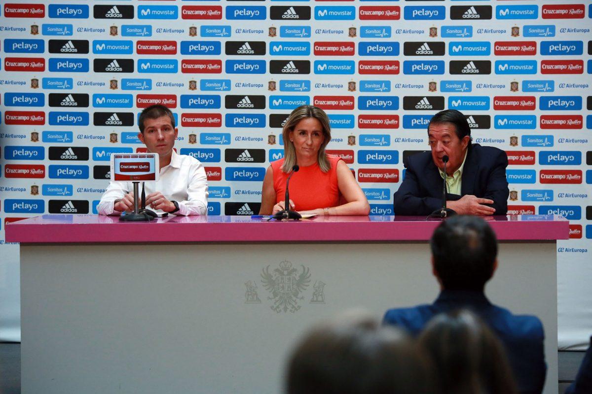http://www.toledo.es/wp-content/uploads/2017/08/01_futbol_sub21_espana_italia-1200x800.jpg. La alcaldesa presenta con Celades el partido amistoso sub-21 que enfrentará el día 1 a España e Italia en el Salto del Caballo
