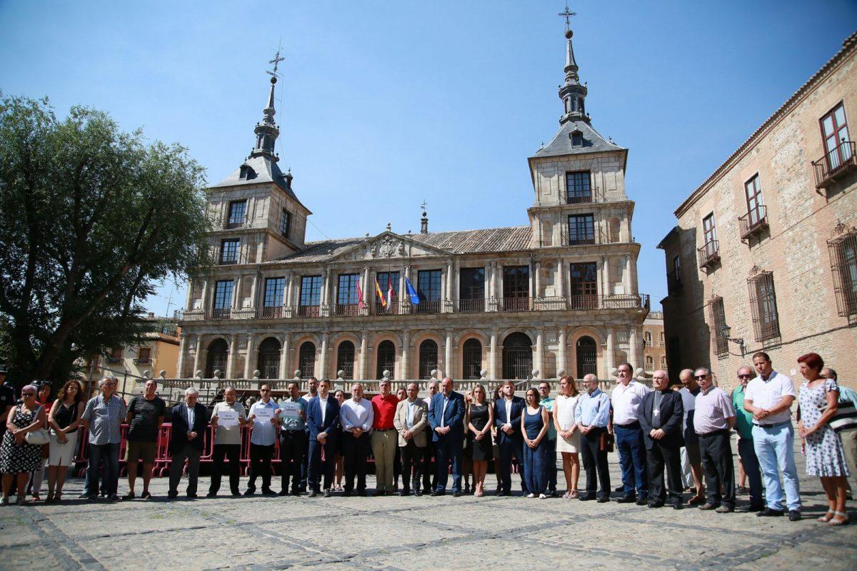 http://www.toledo.es/wp-content/uploads/2017/08/02_minuto_silencio_barcelona.-1200x800.jpg. Toledo expresa su solidaridad con Barcelona y Cambrils en una emotiva concentración en la plaza del Ayuntamiento