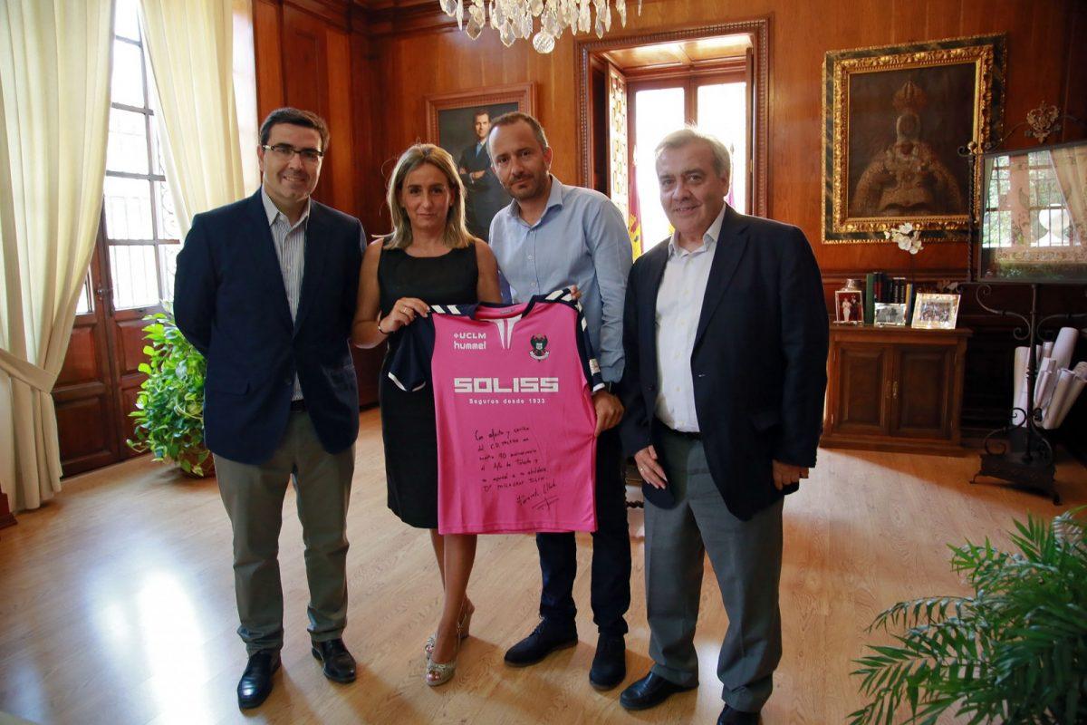 http://www.toledo.es/wp-content/uploads/2017/08/03_reunion_presidente_cf_toledo-1200x800.jpg. La alcaldesa recibe la camiseta con la que el Club Deportivo Toledo se suma al 30 Aniversario de Ciudad Patrimonio
