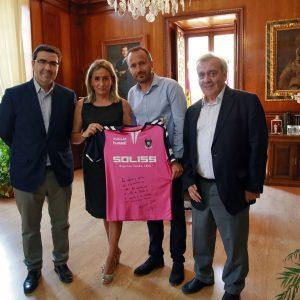 La alcaldesa recibe la camiseta con la que el Club Deportivo Toledo se suma al 30 Aniversario de Ciudad Patrimonio