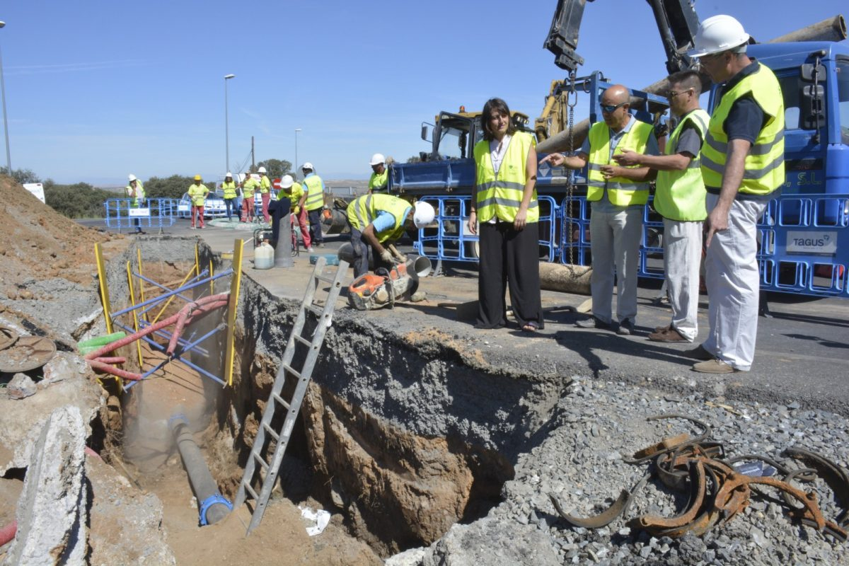 http://www.toledo.es/wp-content/uploads/2017/08/dsc5695-1200x800.jpg. El Gobierno local supervisa la sustitución de una tubería de agua rota en la rotonda de la urbanización La Sisla, junto al Parador