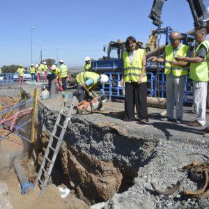 El Gobierno local supervisa la sustitución de una tubería de agua rota en la rotonda de la urbanización La Sisla, junto al Parador