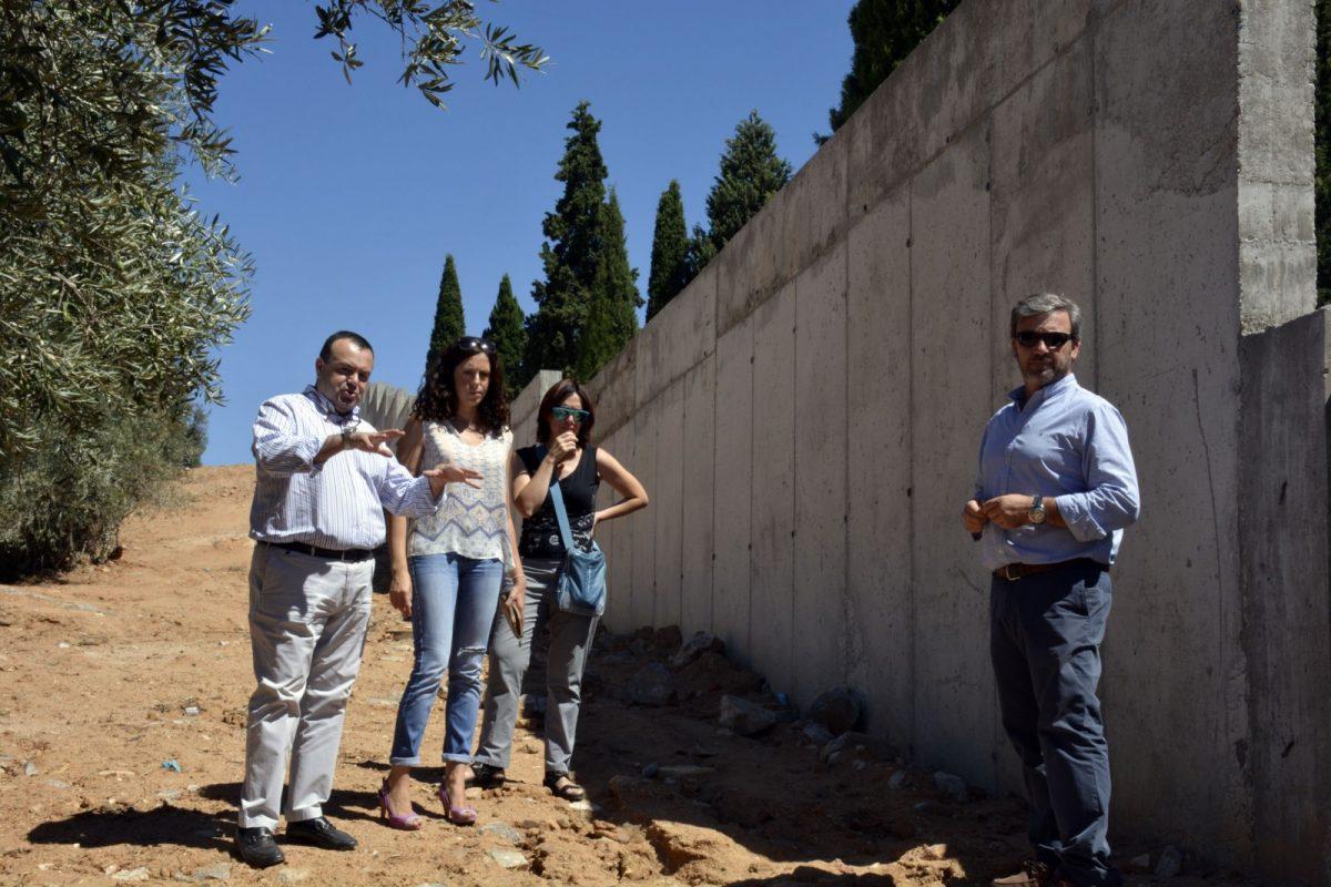 http://www.toledo.es/wp-content/uploads/2017/08/visita_muro_cementerio01-1200x800.jpg. El Consistorio continúa el plan de mejora del Cementerio Municipal con el arreglo del muro de la calle Dinamarca