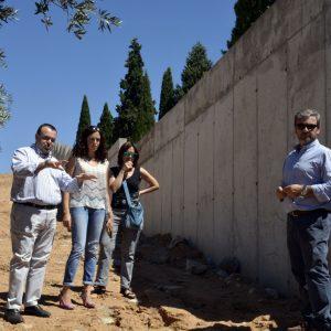 El Consistorio continúa el plan de mejora del Cementerio Municipal con el arreglo del muro de la calle Dinamarca