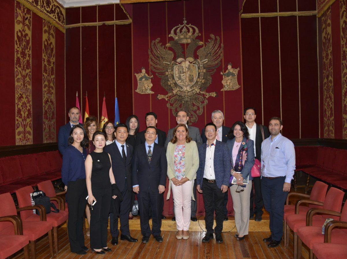 https://www.toledo.es/wp-content/uploads/2017/09/01-visita_delegacion_china-1200x896.jpg. El Gobierno local recibe en el Ayuntamiento a una delegación comercial china de la ciudad de Chengdú