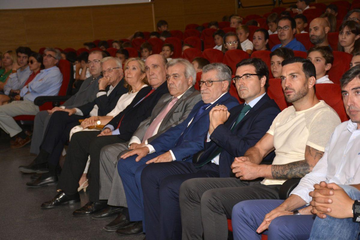https://www.toledo.es/wp-content/uploads/2017/09/becas_cd_toledo-1200x800.jpg. El equipo de Gobierno participa en la entrega de los I Premios Jacobo Aragón a los mejores expedientes académicos del año
