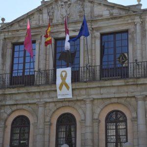El Ayuntamiento luce en su balconada un lazo dorado con el que se suma a la campaña de concienciación del cáncer infantil
