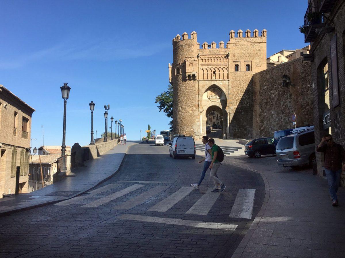 El Ayuntamiento mejora la señalización horizontal de varias calles y ubica un nuevo paso de peatones en Real del Arrabal