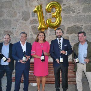 El Ayuntamiento arropa la presentación del vino 'Martúe 13-13' en el Puente de San Martín