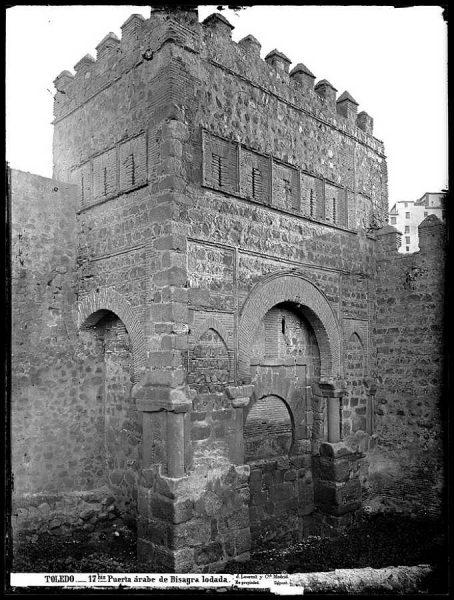 0017 Bis - Puerta árabe de Bisagra lodada