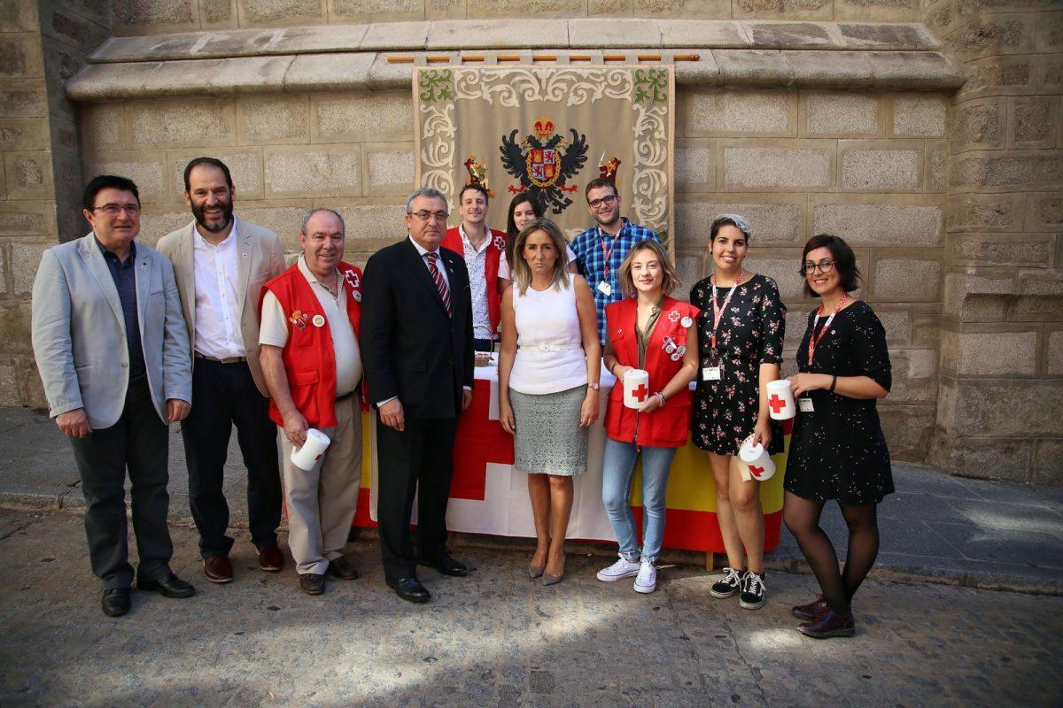 La alcaldesa colabora con los proyectos de infancia y juventud de Cruz Roja en el 'Día de la Banderita'