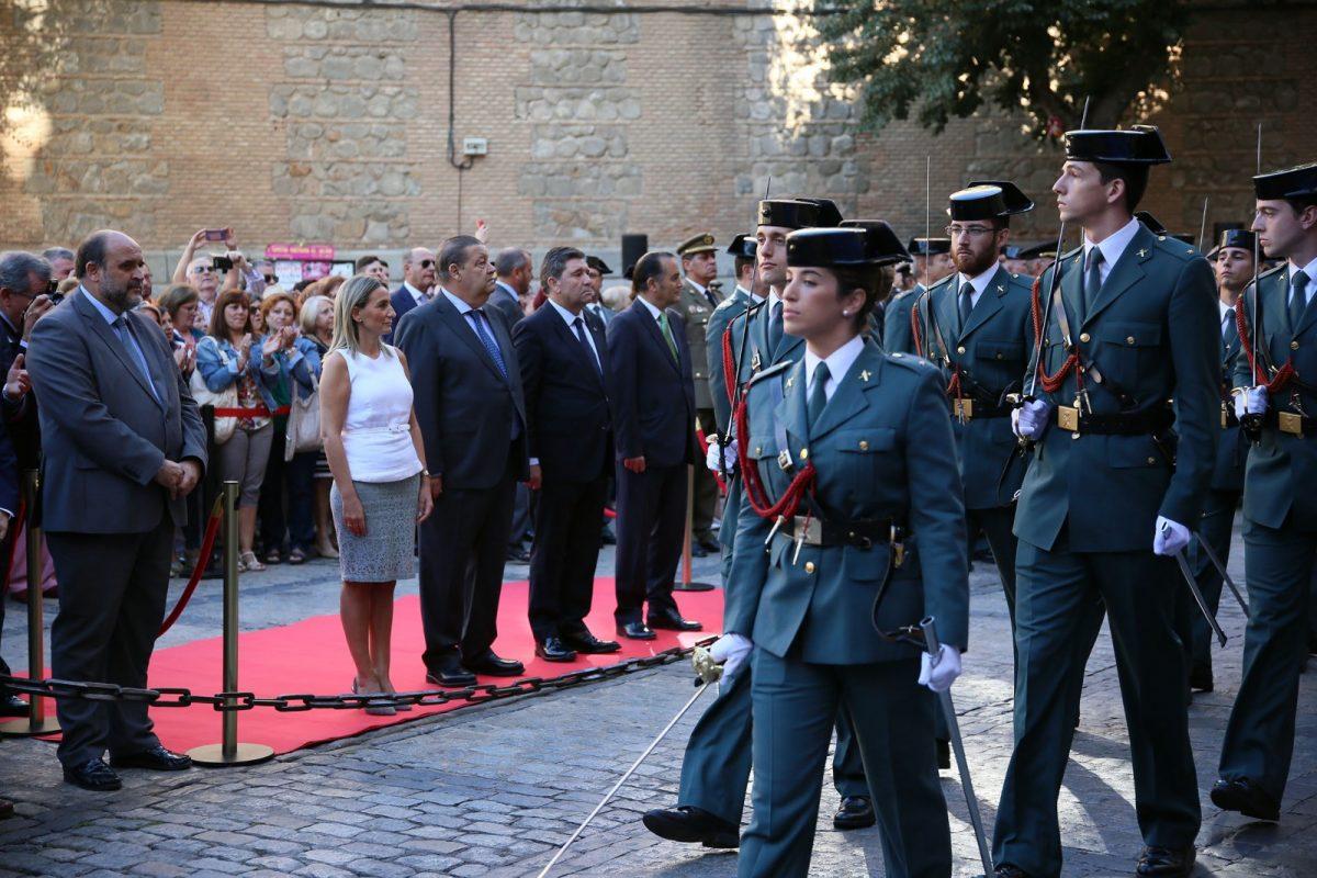 El homenaje a la bandera en la plaza del Ayuntamiento inicia las actividades de la Guardia Civil para festejar a su patrona