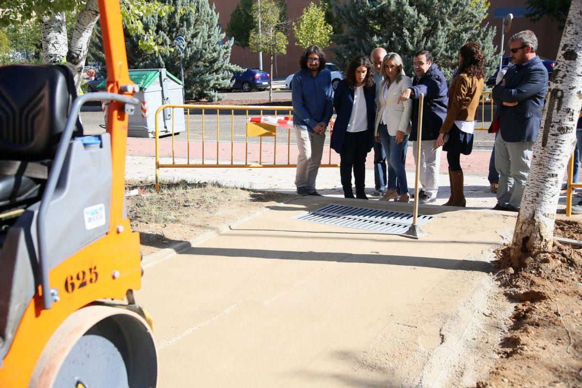 Milagros Tolón visita las obras que el Ayuntamiento ultima en el parque de Los Alcázares y paseo del Poeta Manuel Machado