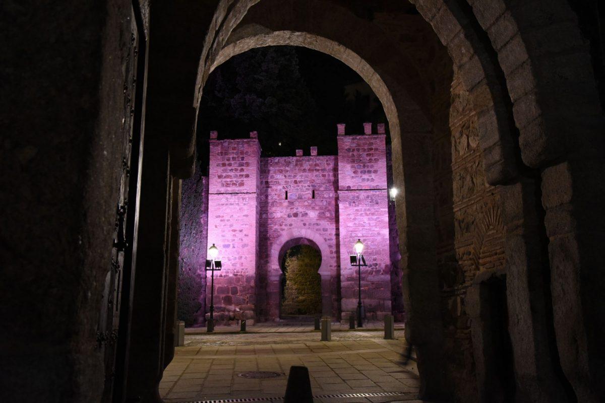 http://www.toledo.es/wp-content/uploads/2017/10/alcantara01-1200x800.jpg. El Baño de la Cava y el torreón de Alcántara se iluminan de rosa este jueves por el Día Mundial contra el Cáncer de Mama
