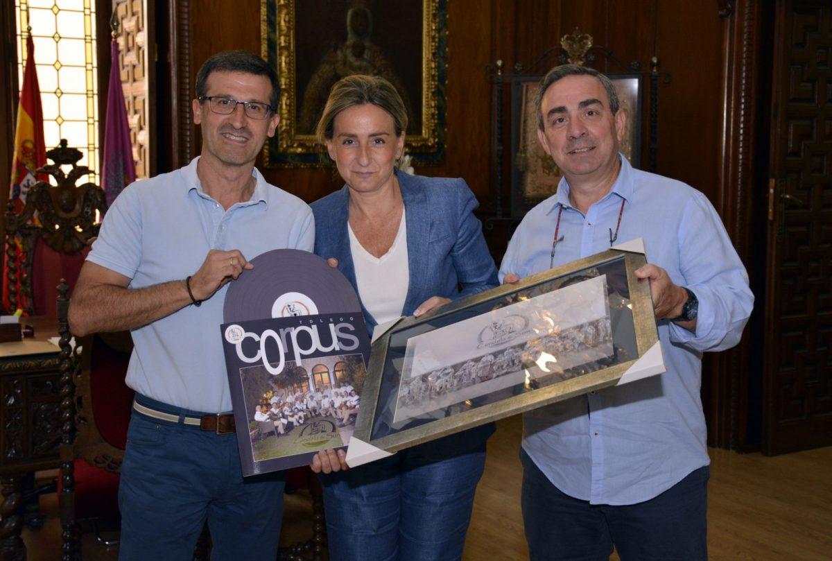 http://www.toledo.es/wp-content/uploads/2017/10/candelayson-1200x809.jpg. Milagros Tolón se interesa por los proyectos del conjunto musical toledano 'Candela y son' a punto de cumplir diez años de trayectoria