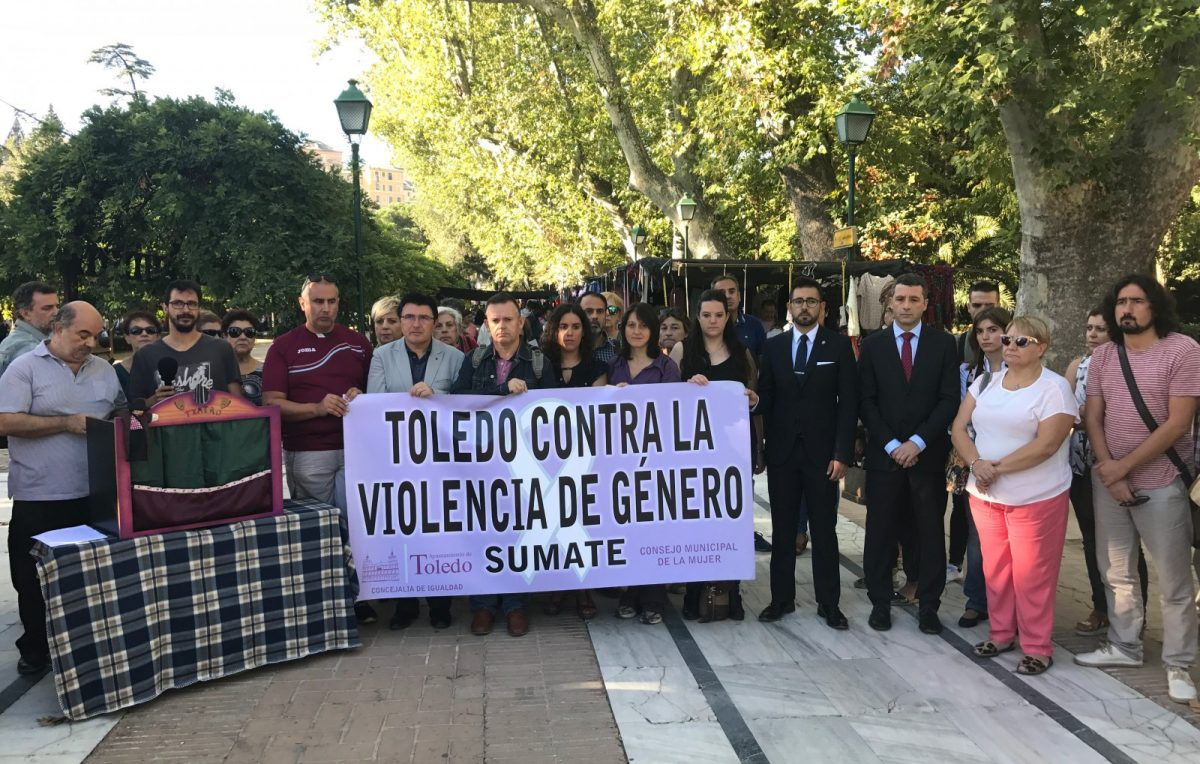 """http://www.toledo.es/wp-content/uploads/2017/10/concentracion-01-1200x764.jpg. El Consejo Local de la Mujer pide a los hombres que tomen partido ante la violencia de género porque el silencio les hace """"cómplices"""""""