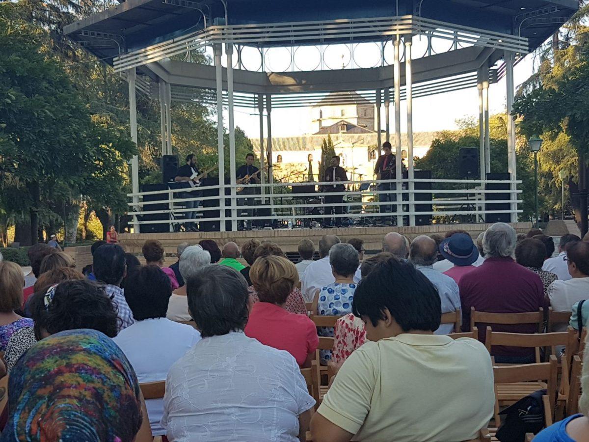 http://www.toledo.es/wp-content/uploads/2017/10/concierto-guateque-semana-del-mayor-1200x900.jpg. La música de guateque de los años 60 y 70 en el Paseo de la Vega pone punto final a una IX Semana del Mayor de gran participación