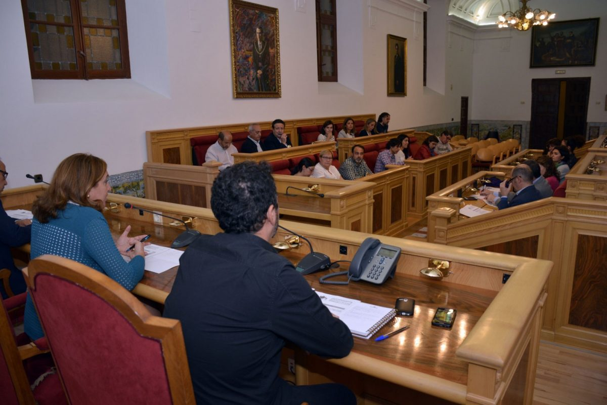 http://www.toledo.es/wp-content/uploads/2017/10/foto_consejo_escolar-1200x800.jpg. El Consejo Escolar conoce el calendario de actividades extraescolares que ofrece el Ayuntamiento para este curso