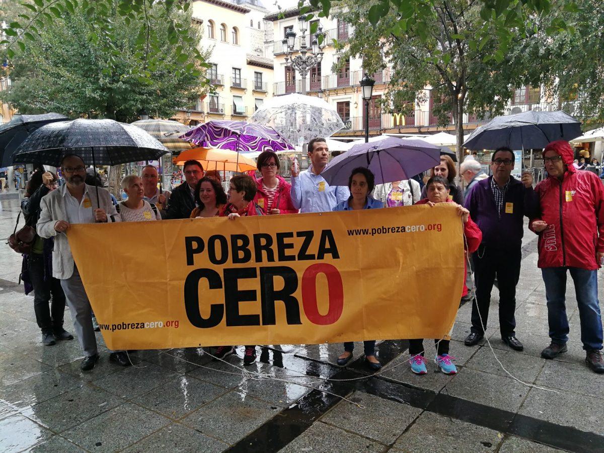 http://www.toledo.es/wp-content/uploads/2017/10/pobreza-cero-en-zocodover-1200x900.jpg. La plaza de Zocodover acoge una concentración en el Día Internacional para la Erradicación de la Pobreza