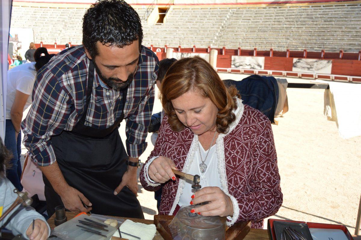 El Ayuntamiento muestra su apoyo a los oficios y a la artesanía de Toledo en las I Jornadas de Artesanía y Combate
