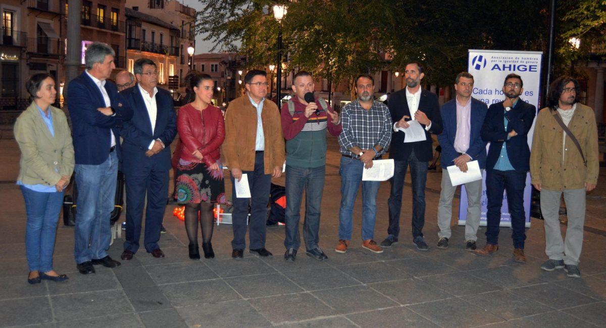 Concejales de la Corporación municipal se unen a la VII Rueda de Hombres contra la violencia machista en la plaza de Zocodover
