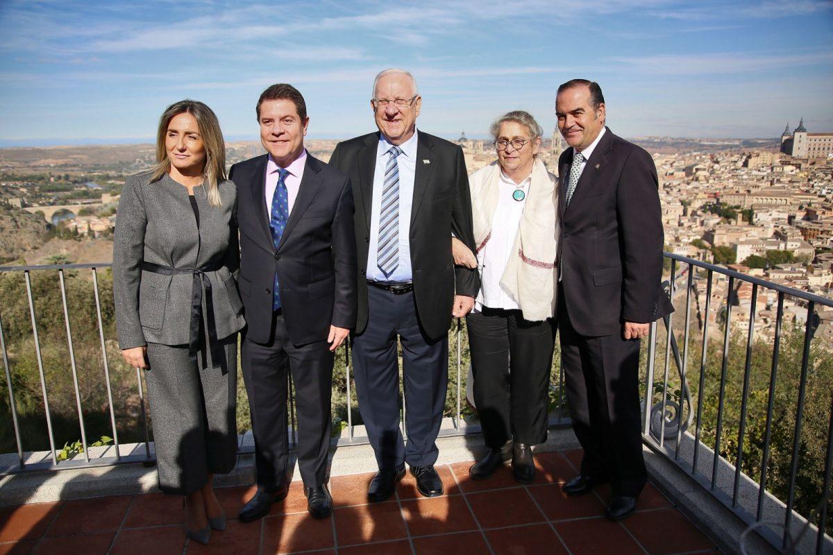 """https://www.toledo.es/wp-content/uploads/2017/11/05_visita_presidente_isrrael-1200x800.jpg. La alcaldesa de Toledo acompaña al presidente de Israel en una """"emotiva visita"""" de Reuven Rivlin a la ciudad"""