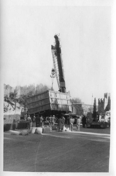 06_La escultura Lugar de encuentros de Chillida llega a Toledo el 4 de diciembre de 1981