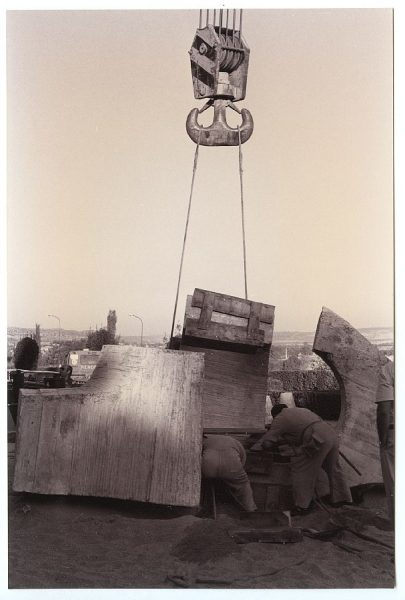 07_Instalación de la escultura de Chillida en septiembre de 1982