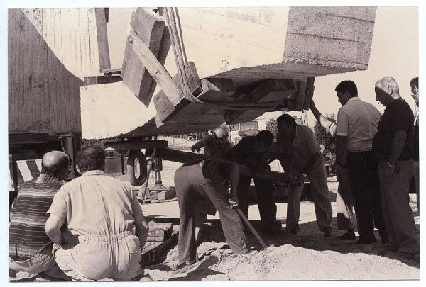 08_Instalación de la escultura de Chillida en septiembre de 1982