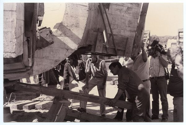 09_Instalación de la escultura de Chillida en septiembre de 1982