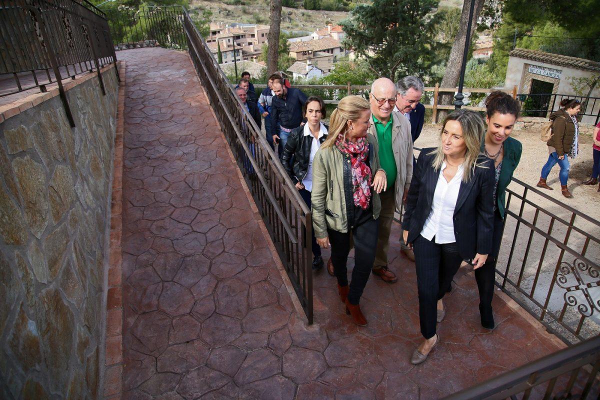 El Consistorio construye una rampa para mejorar la accesibilidad en la entrada de la ermita de La Cabeza