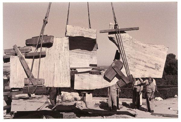 11_Instalación de la escultura de Chillida en septiembre de 1982