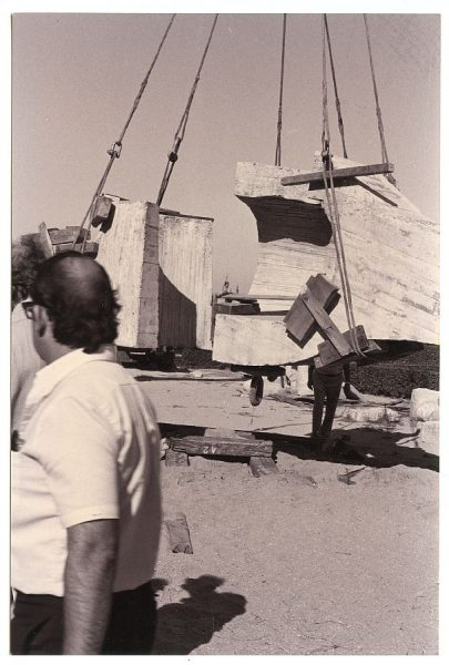 13_Instalación de la escultura de Chillida en septiembre de 1982